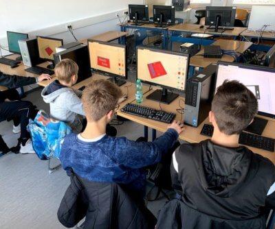 Schüler an Monitoren