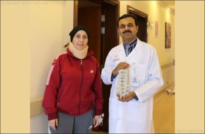 Patientin, 3D-Modell der HWS und Arzt