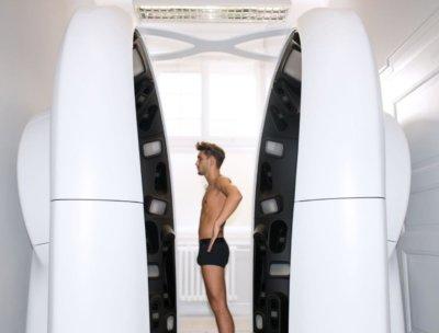 Mann in 3D-Ganzkörperscanner