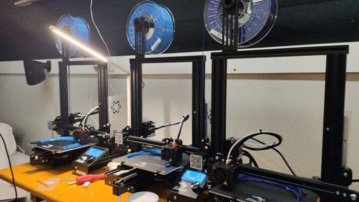 Drei 3D-Drucker beim Druck der Teile