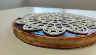 Fertiger Kuchen mit aufgedruckter Notre-Dame-Rose