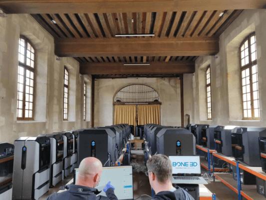 Bone3D Mitarbeiter und 60 Stratasys 3D-Drucker