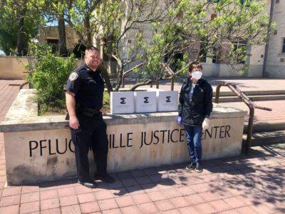 Polizei Pflugerville mit Lieferung der Masken