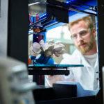 Mann bei 3D-Drucker