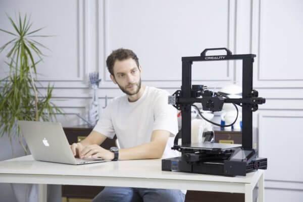 Mann neben 3D-Drucker