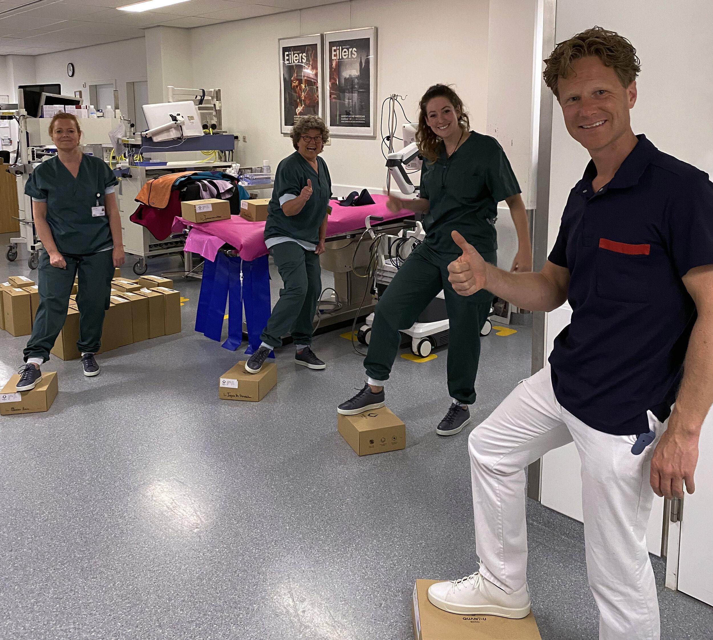 Krankenhausmitarbeiter mit ihren Schuhen von Quant-U