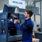 Mann vor FDM Metall-3D-Drucker