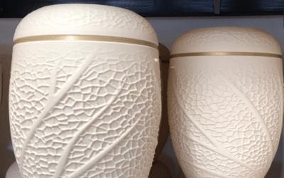Zwei 3D-gedruckte Bio-Urnen