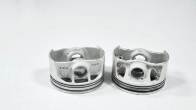 Zwei Kolben aus dem 3D-Drucker