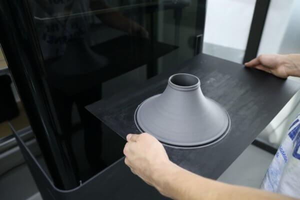 3D-gedrucktes Glockenteil einer Posaune frisch aus dem 3D-Drucker
