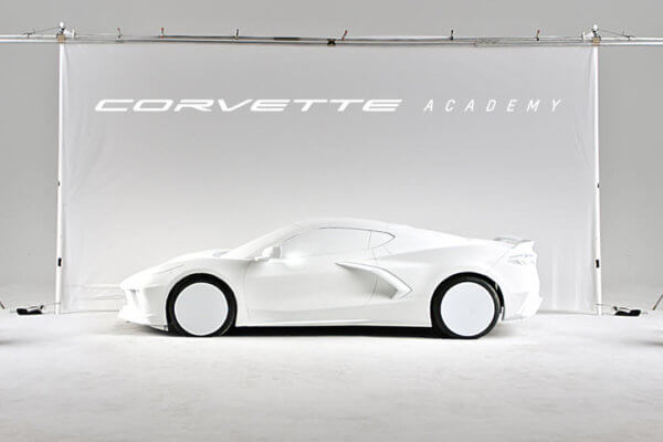Chevrolet Corvette Academy Wand und weißer Prototyp davor