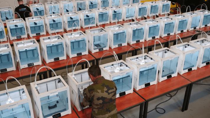 Bild mit vielen Ultimaker S5 3D-Druckern und Soldaten