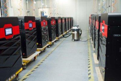 Viele 3D-Drucker von Sinterit in einer Reihe