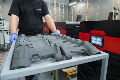 Sinterit Zentrum Mitarbeiter mit gedruckten Objekten