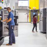 Stratasys 3D-Drucker und Mitarbeiter von GM