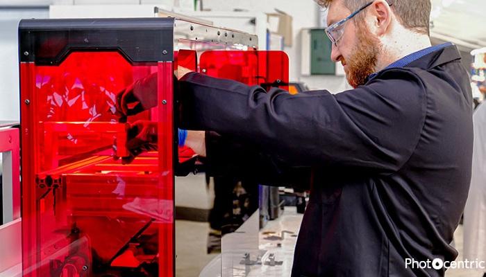 Mitarbeiter vor 3D-Drucker