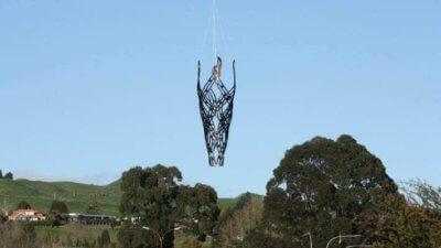 Skulptur wird angeflogen