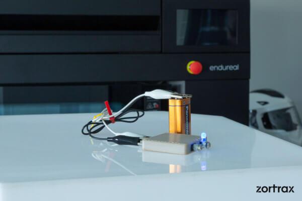 Zortrax Endureal 3D-Drucker und 3D-gedrucktes Objekt