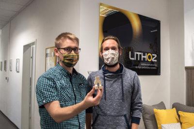 Zwei Männer bei Lithoz mit 3D-Druckobjekt