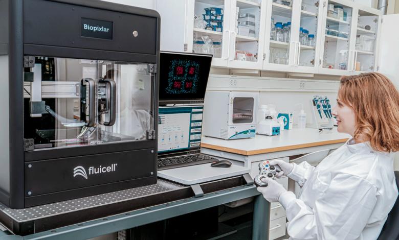 Biopixlar Bioprinting-Plattform und Mitarbeiterin davor