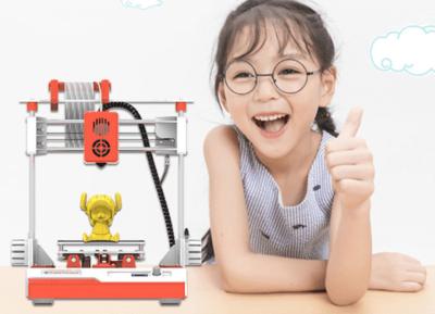 Mädchen mit 3D-Drucker und gedrucktem Objekt