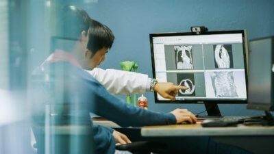 Mitarbeiter vor Bildschirm