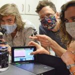 Forscherteam mit UC2-Baukastensystem