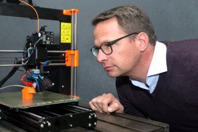 """Forscher betrachtet 3D-Druck-Technik """"RotBot"""""""