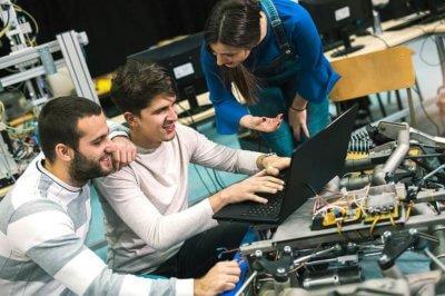 Menschen in einem Makerspace