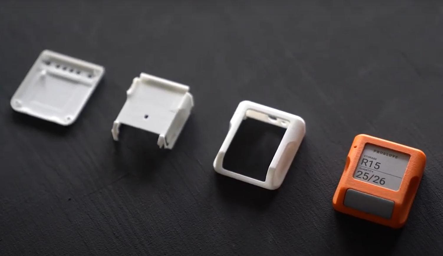 weiße 3D-gedruckte Teile und orangefarbenes Endprodukt
