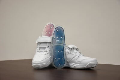 Schuhsohlen mit 3D-Film mit (blau) und ohne Flüssigkeit (blau)