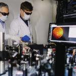 Forscher mit 3D-Drucker für Druck von PCFs
