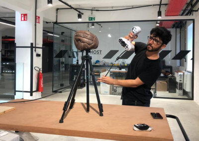 3D-Scan-Objekt auf Stativ und Mann mit Scanner ACADEMIA 20