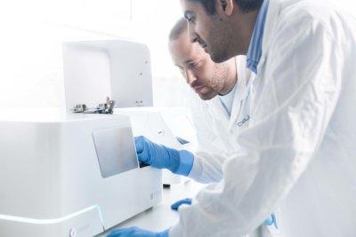 Mitarbeiter von CELLINK an einem Bioprinter