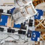 Roboterarm der ISS bei der Arbeit