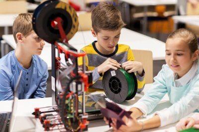 Kinder mit 3D-Drucker
