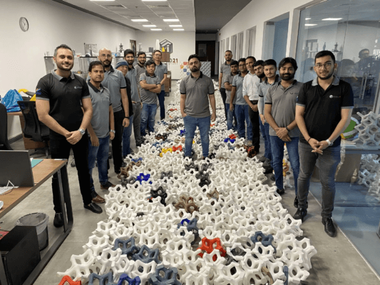 Proto21 Mitarbeiter und die 3D-gedruckten Teile für den Store