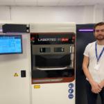 Mitarbeiter von Additech vor einem 3D-Drucker