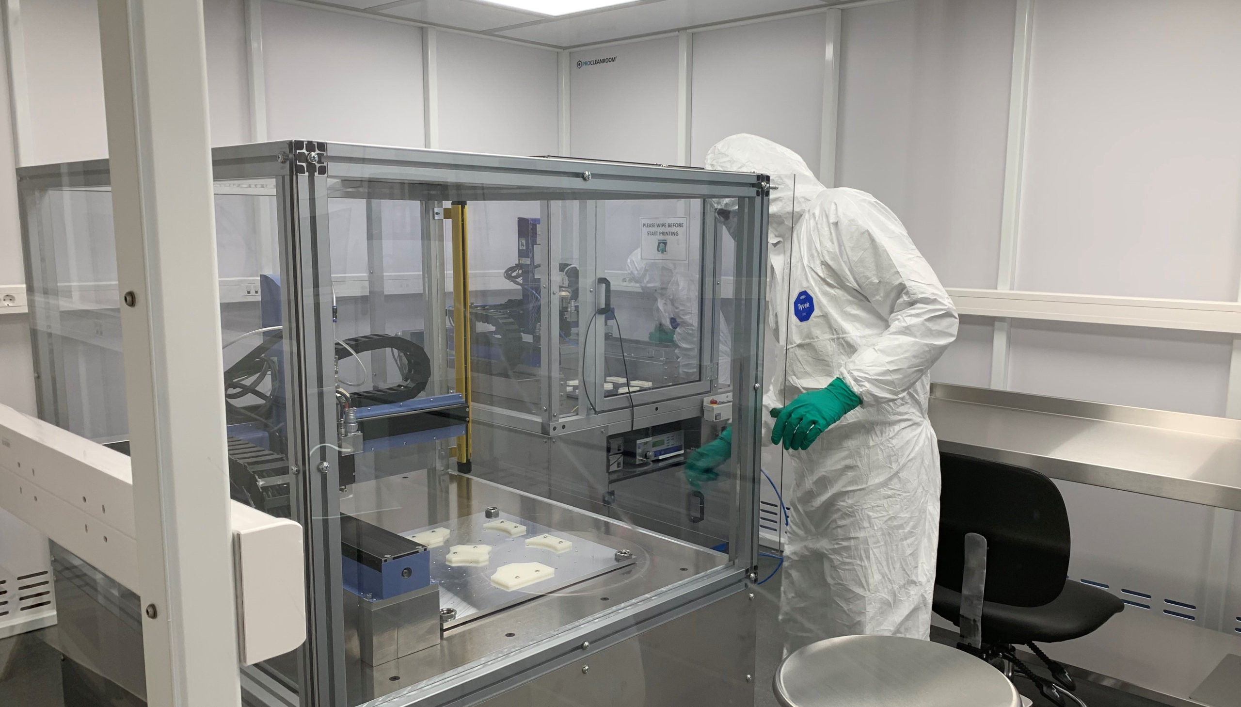 3D-Drucker und Labormitarbeiter
