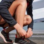 Läufer schnürt Laufschuh