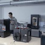 Studierender an 3D-Drucker