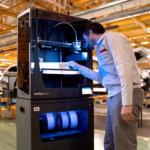 Mann vor Epsilon W50 3D-Drucker (darunter Smart Cabinet)