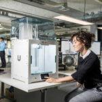 Frau vor 3D-Drucker