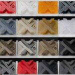 X von Xometry in verschiedenen Farben