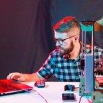 Maker mit 3D-Druck-Software und einem 3D-Drucker