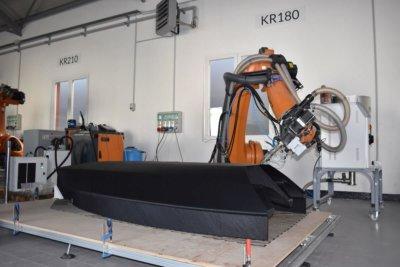 Roboterarm beim 3D-Druck von Segelboot