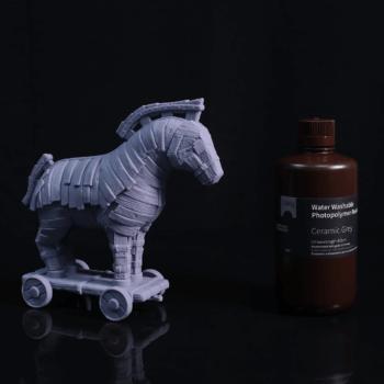 3D-Druck-Objekt neben Harzflasche