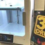 3D-Drucker und neben 3D-Druck-Schild