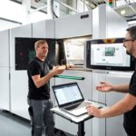 Phillips Corporation Mitarbeiter neben EOS 3D-Drucker