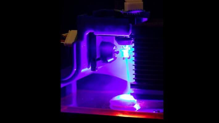 3D-Druck-Probe wird mit blauem Laser zubereitet
